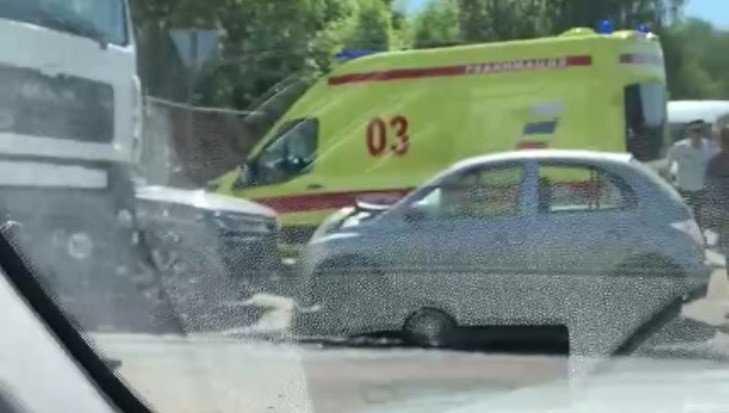 В Брянске на Бежицкой улице лоб в лоб столкнулись две иномарки