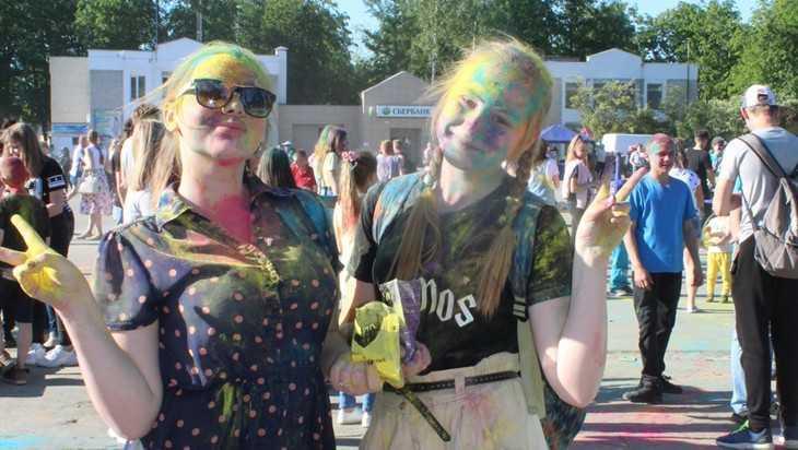В Жуковке подростки на фестивале радостно измазались красками