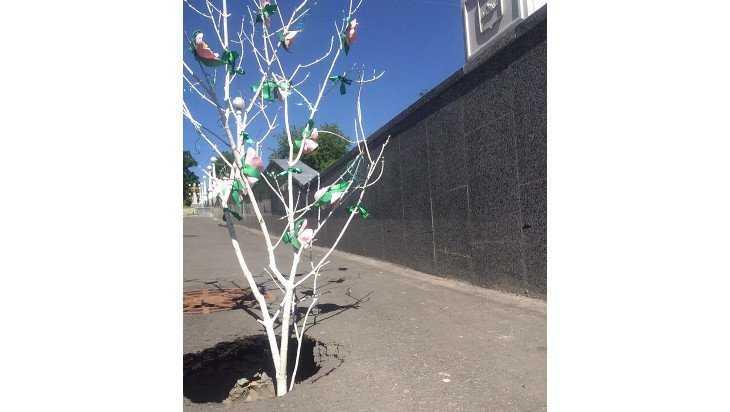 В Брянске на бульваре Гагарина пасхальное дерево оказалось в яме