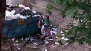 Жителя Брянска возмутили разорвавшие тетради школьницы