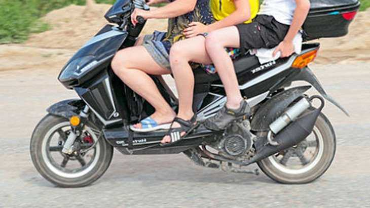 В Белых Берегах трое детей на скутере слетели в канаву