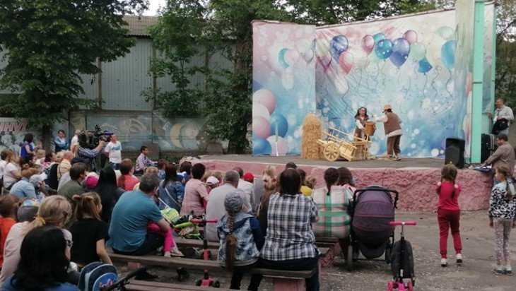 Кукольный театр из Болгарии для брянцев дал бесплатный спектакль на улице