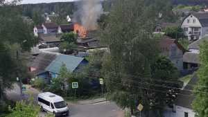 В Брянске сняли видео горевшего дома на Костромской улице