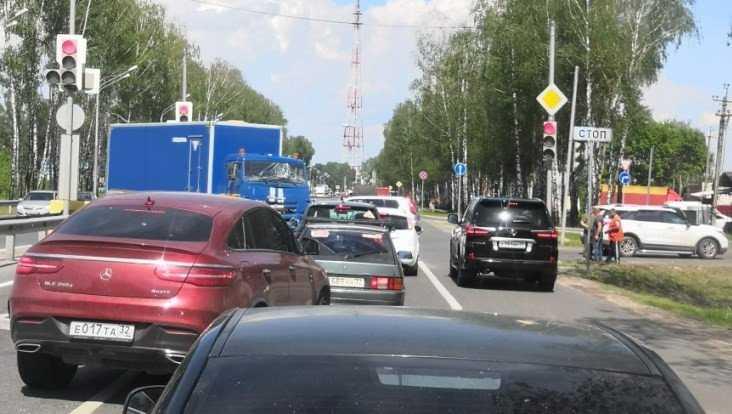 Под Брянском столкнулись легковушка и грузовик