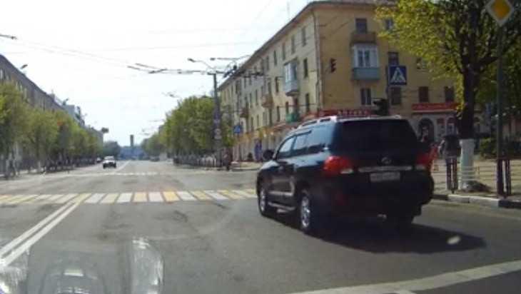 В Брянске наказали водителя внедорожника по видео проезда на красный свет