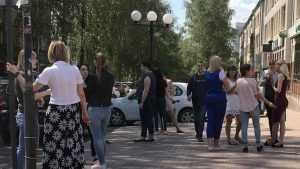 «Ноги крестиком – и дымят»: центр Брянска стал школой курения