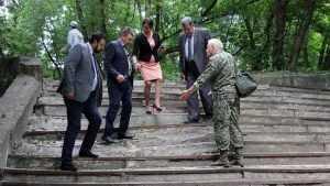 Брянские чиновники и депутаты едва не переломали ноги на пути к пляжу
