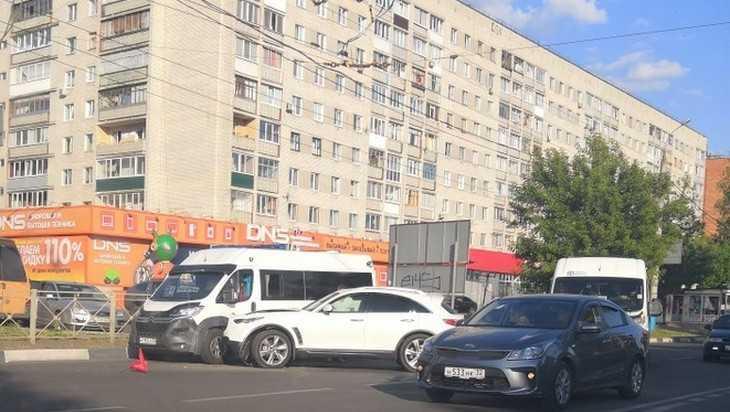 В Брянске самоуверенная дама на Infiniti устроила аварию