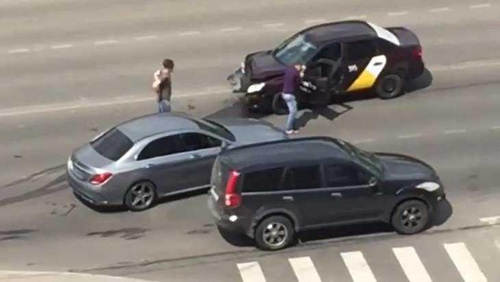 В Брянске сняли видео о ДТП с участием лихого таксиста