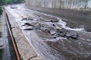 В центре Брянска на улице Арсенальной дождём смыло асфальт