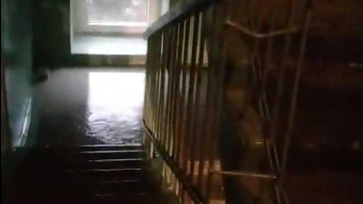 В Брянске дождь затопил многоэтажки с отремонтированными крышами