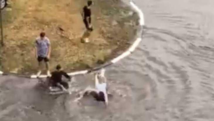В Брянске сняли видео купающихся после дождя на дороге ребят