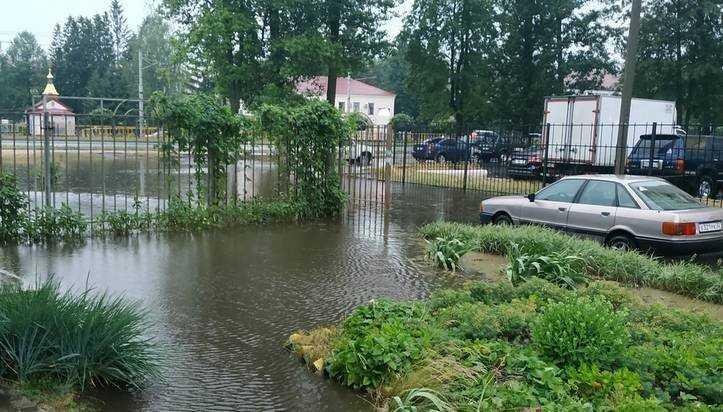 В Брянске во время ливня утонуло несколько автомобилей