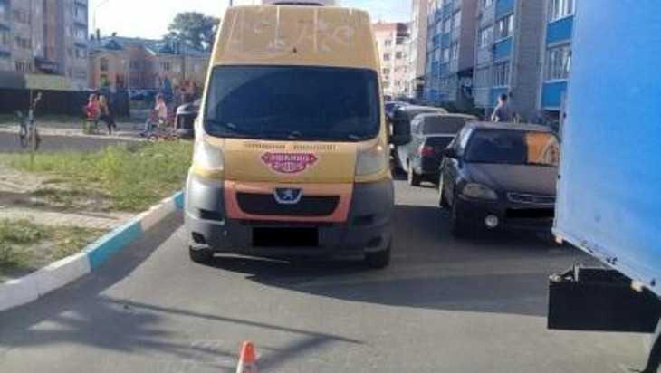 В Брянске во дворе дома микроавтобус сбил пятилетнюю девочку