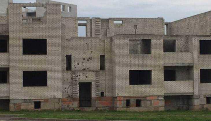 В Брянске оградили опасную стройку, где гуляли дети