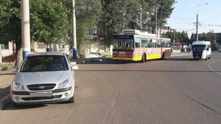 Брянская автомобилистка проехала по ноге водительницы троллейбуса