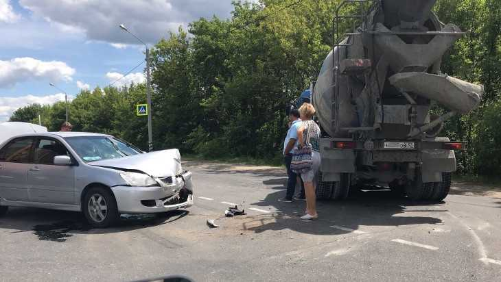 На улице Речной в Брянске столкнулись легковушка и бетономешалка