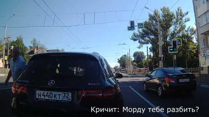 В Брянске сняли видео о разбушевавшемся пенсионере на «мерседесе»