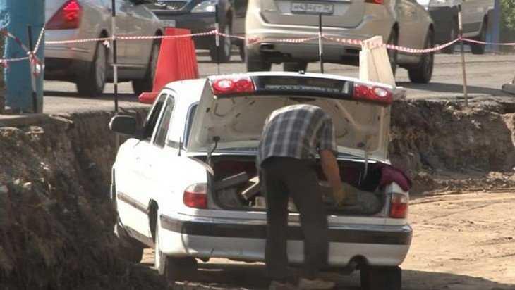В Брянске на Авиационной улице на глазах у рабочих украли плитку