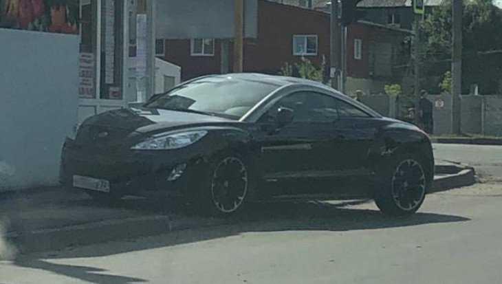 В Брянске водитель Peugeot перегородил тротуар на Спартаковской