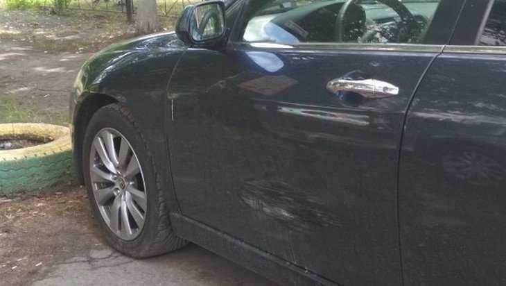 В Брянске неизвестный оставил вмятину на автомобиле и скрылся