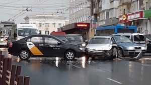 В Брянске на проспекте Ленина образовался затор из-за аварии с такси