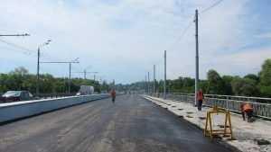 На Первомайском мосту в Брянске начали монтировать освещение