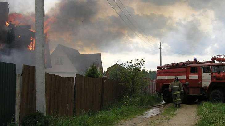 В Брянске молния сожгла двухэтажный дом в Фокинском районе