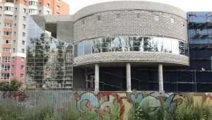 В Брянске зеркалом реанимировали загадочное здание на Счастливой улице