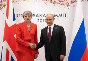 Англичане высмеяли своего премьер-министра за хмурый вид на встрече с Путиным