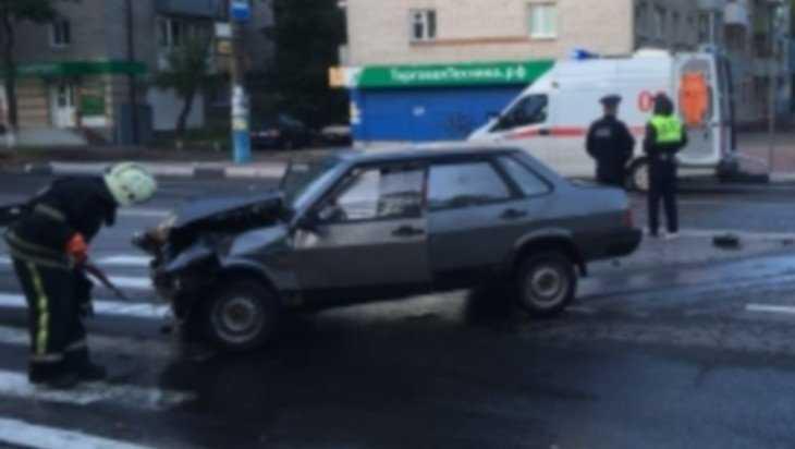 В Брянске при столкновении грузовика и легковушки пострадали люди