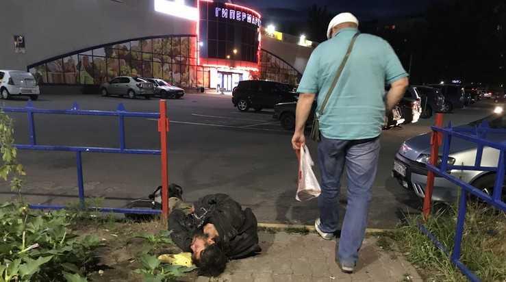 В Брянске площадь около «Линии» бродяги превратили в ночлежку
