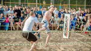 В Брянске на пляже провели беспощадные бои без правил