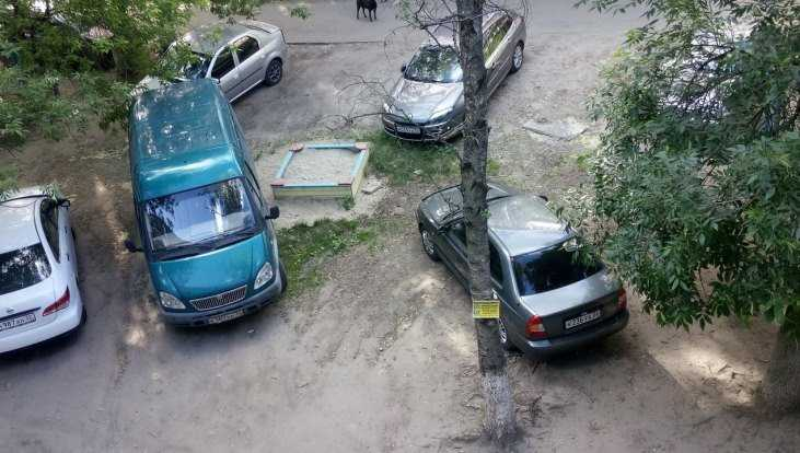 В Брянске детскую площадку превратили в стоянку автомобилей