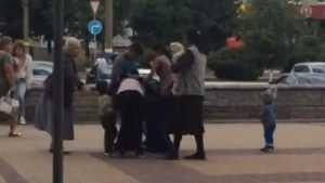 В Брянске сняли на видео драку цыганок около ТРЦ