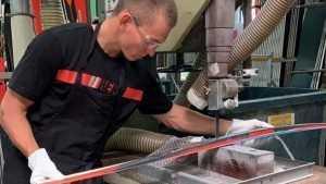 Брянец Большунов сделал себе именные лыжи на фабрике в Гренобле