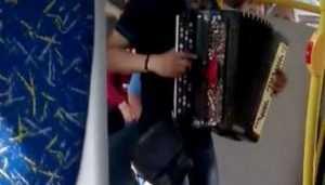 В Брянске юный цыган с баяном развеселил пассажиров автобуса