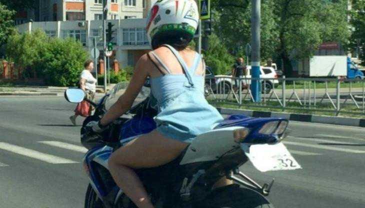 В Брянске мотоциклистка в сарафане лишила памяти водителя легковушки