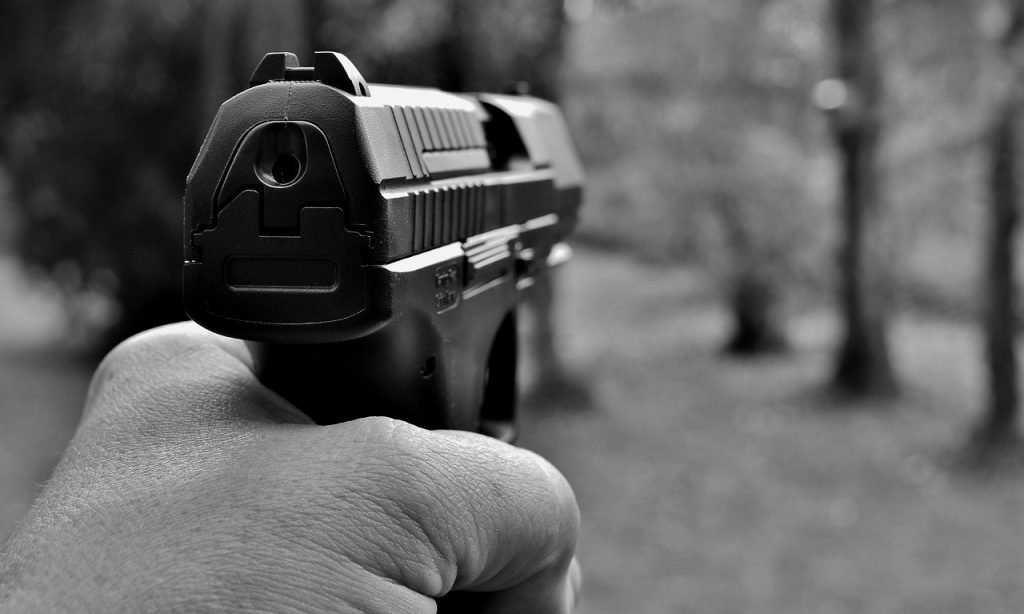 Житель Жуковки три раза выстрелил из травмата в своего знакомого