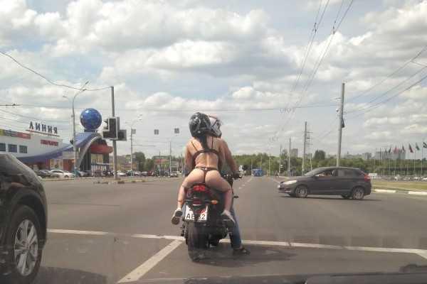 Водители сфотографировали в Брянске обнаженную байкершу