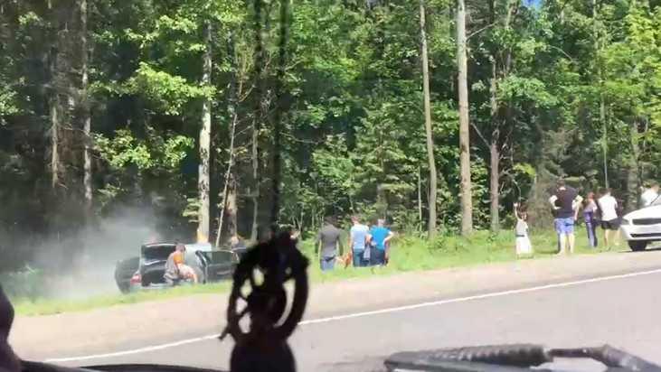 Под Брянском сняли видео слетевшей с дороги и загоревшейся машины