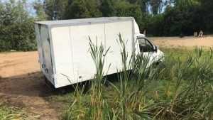 В Брянске фургон застрял в трясине у Центрального пляжа