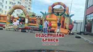 В Брянске при прыжках на батуте с «воронкой» едва не погибла девочка