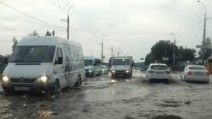 В Брянске улицы Бежицкого района после ливня ушли под воду