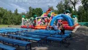 В парке Брянска 7-летняя девочка сломала руку при прыжках на батуте