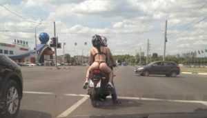 Прокатившего по Брянску полуголую девицу мотоциклиста наказали