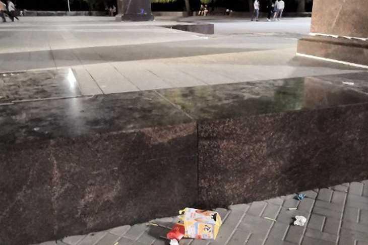 В Брянске мусор кинули прямо у стелы воинской славы