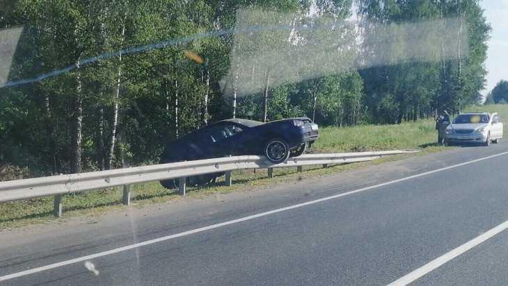В Брянской области автомобиль залетел на отбойник