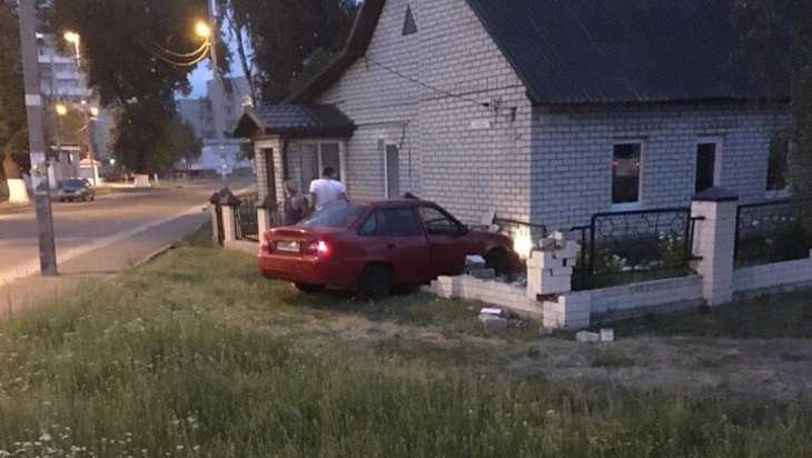 В Бежице возле БУМа легковушка снесла забор дома