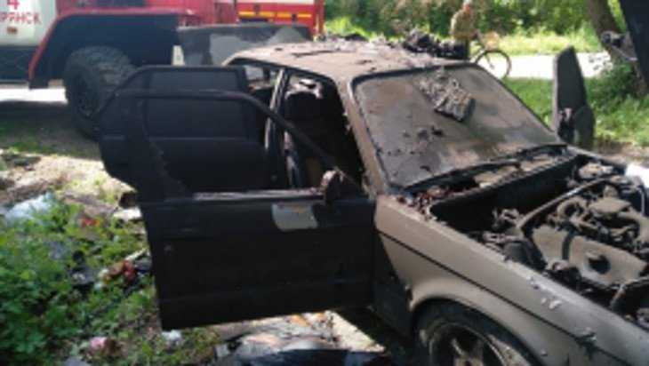 В Брянске в металлическом гараже сгорела легковушка